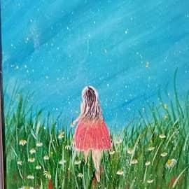 Девочка бегущая по лугу